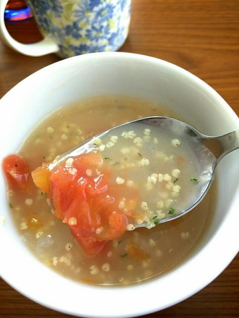 もちキビとトマトとタマネギのスープ
